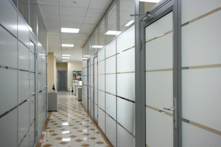 Statsionarnyie-ofisnyie-peregorodki-s-dvermi-768x511